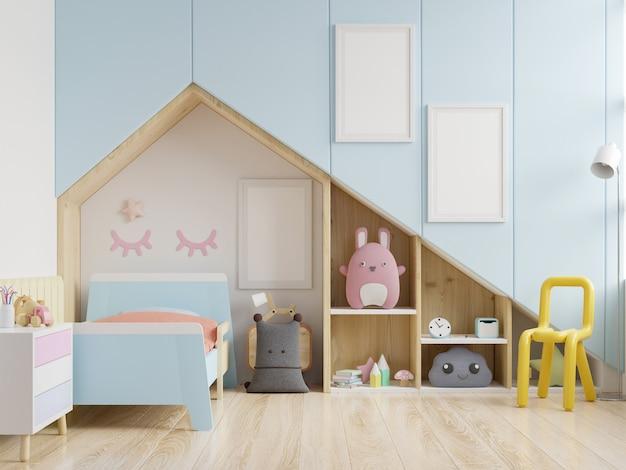 Quarto infantil com uma casa no telhado e paredes azuis