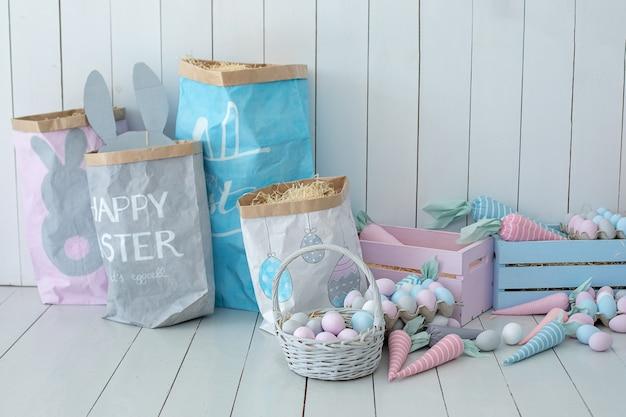 Quarto infantil em estilo páscoa muitos ovos de páscoa coloridos e cestas de cenouras no chão de madeira