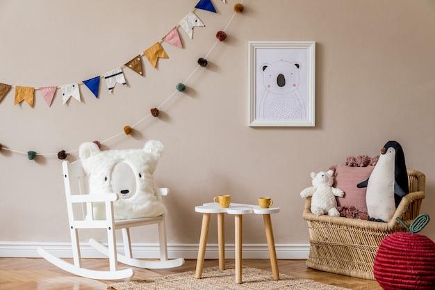 Quarto infantil escandinavo elegante com mock up de pôster, brinquedos, ursinho de pelúcia, animal de pelúcia, pufe natural e acessórios infantis. interior moderno com paredes de fundo bege. modelo. projetar a encenação em casa.
