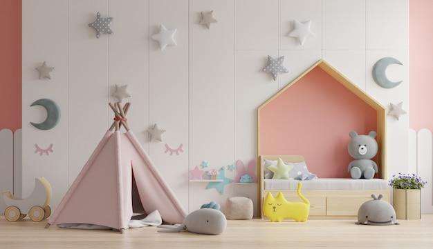 Quarto infantil / infantil no chão da cama com travesseiros no quarto colorido.