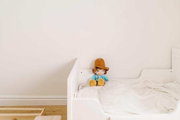 Quarto infantil mínimo para criança nas cores branca e madeira. menos estilo de vida desperdiçado nos pais