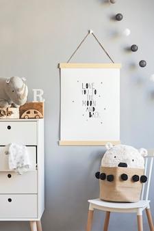 Quarto infantil scandi elegante com moldura de madeira para fotos, brinquedos de pelúcia e madeira, caixas, blocos e acessórios. padrão de estrelas na parede do fundo. interior luminoso e ensolarado. decoração de casa.