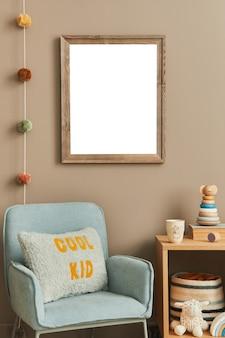 Quarto infantil scandi elegante com poltrona de madeira com moldura de madeira e blocos de caixas de brinquedos de pelúcia e acessórios de parede. decoração para casa