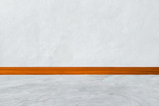 Quarto interior branco com cornijas de madeira na parede branca de canto e piso de madeira branca