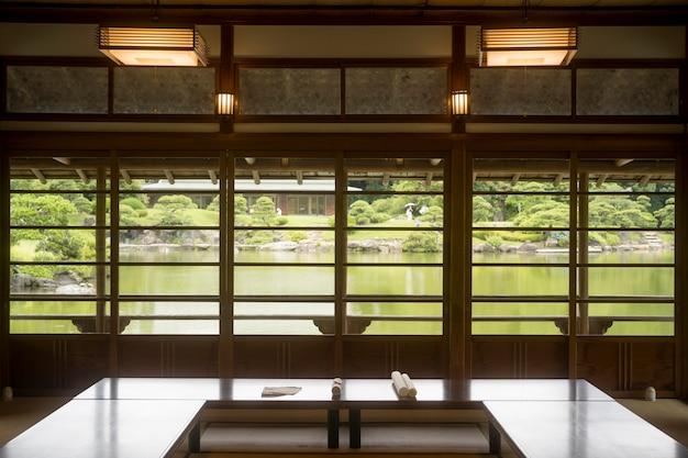 Quarto japonês mínimo à luz do dia