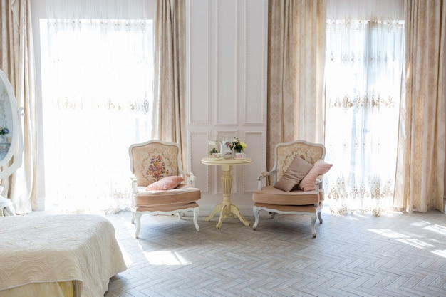 Quarto luxuoso e caro com design de interiores no antigo estilo barroco em tons de bege