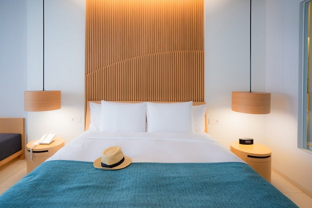 Quarto moderno. belo interior do hotel, apartamento com cama de casal