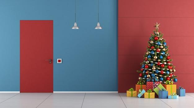 Quarto moderno com árvore de natal e porta fechada