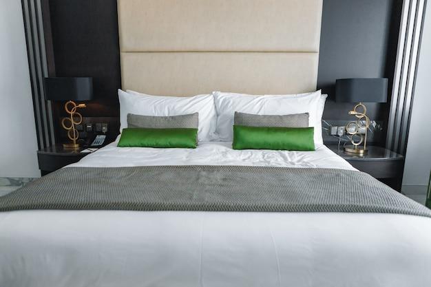 Quarto moderno com cama em um hotel, close-up