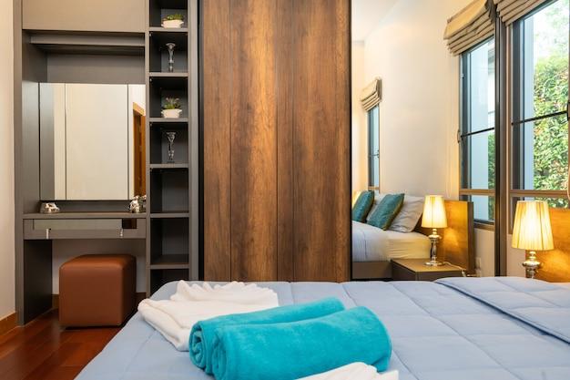 Quarto moderno com mesa de trabalho e roupa de cama