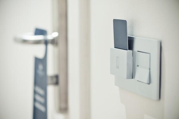 Quarto moderno com porta e cartão em quarto de hotel