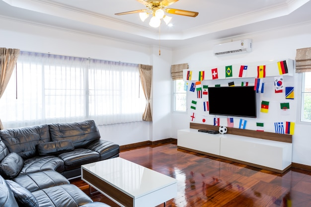 Quarto moderno com televisão e bandeiras para o campeonato de futebol de 2014