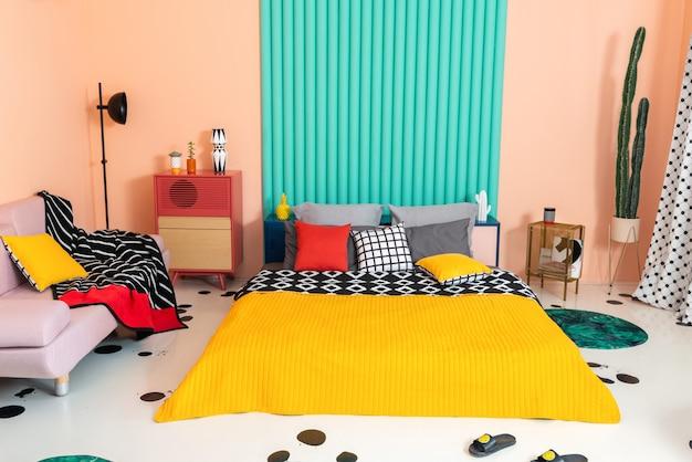 Quarto multicolor com padrões geométricos em interiores e têxteis.