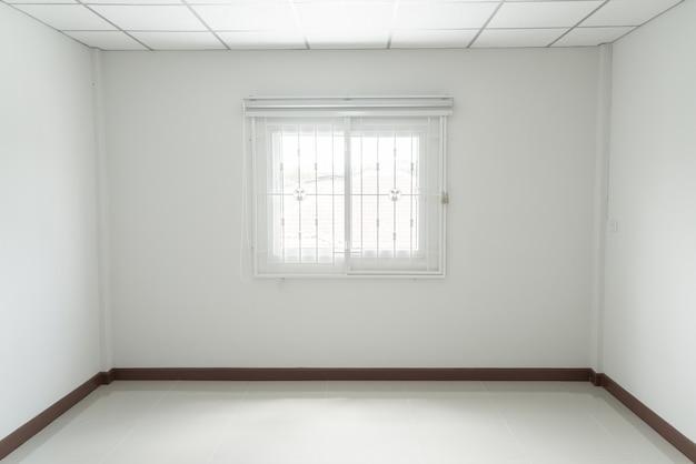 Quarto vazio com janela
