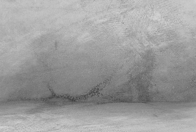Quarto vazio com parede de concreto, fundo cinza.