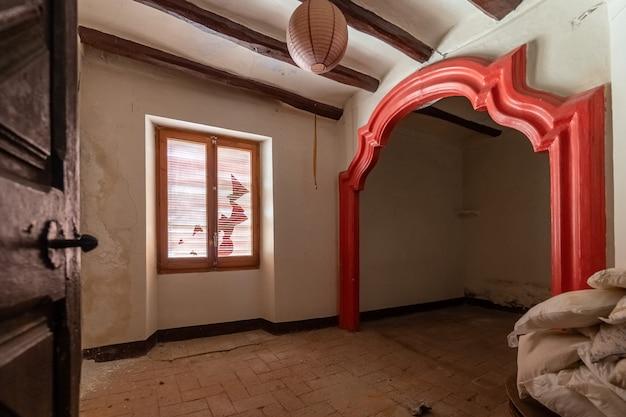 Quarto vazio e elegante de uma casa velha