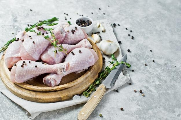 Quartos de perna de frango. ingredientes para cozinhar: alecrim, tomilho, alho, pimenta.