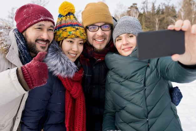 Quatro amigos posando para selfie