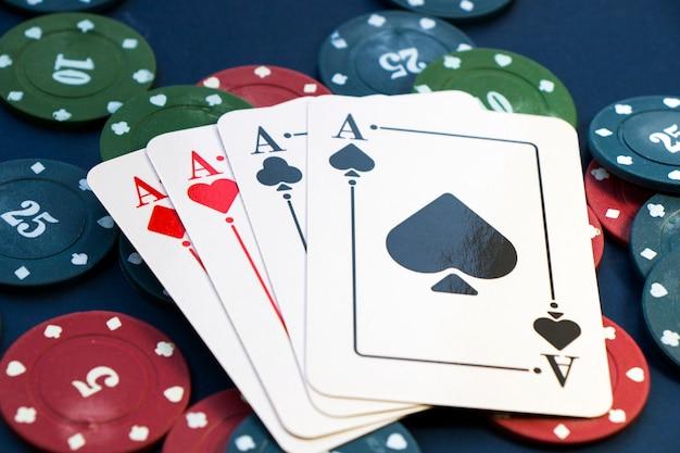 Quatro ases e fichas, jogo de cartas, cartas na mesa. poker e blackjack, cartas de jogar.