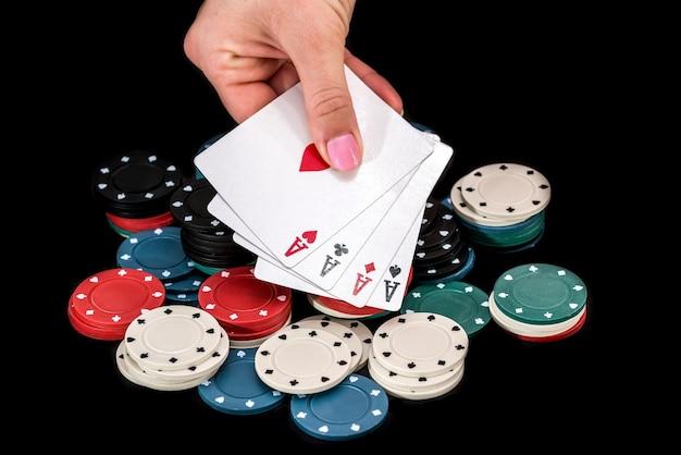 Quatro ases na mão de pôquer do jogador