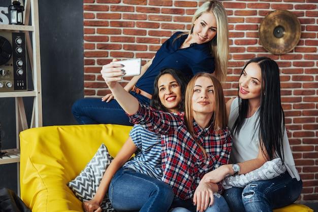 Quatro bela jovem fazendo selfie em um café, garotas de melhores amigas juntas se divertindo, posando de pessoas estilo de vida emocional