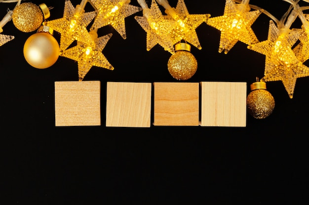 Quatro blocos de madeira com estrelas decorativas