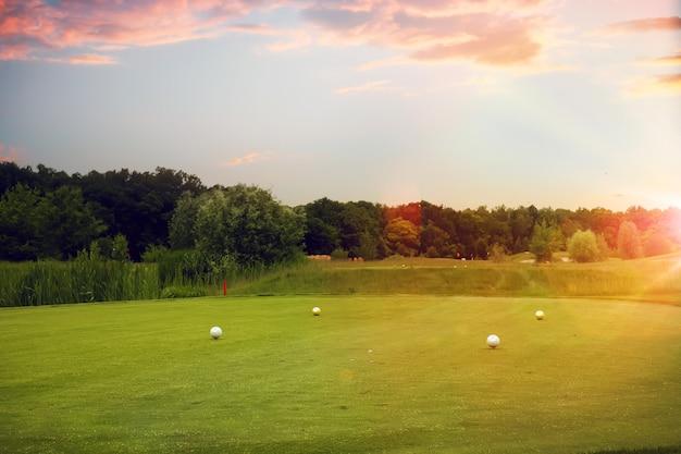 Quatro bolas brancas no campo de golfe, ponto de lançamento