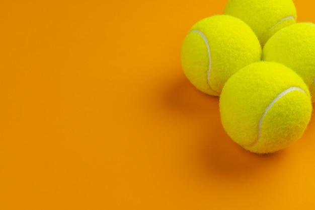Quatro bolas de tênis