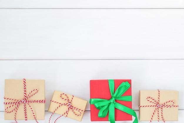 Quatro caixas de presente em fundo branco de madeira