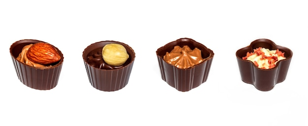 Quatro chocolates com creme e nozes chocolate sortido em fundo branco isolado