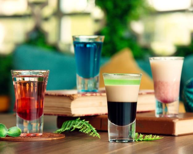 Quatro copos de shot colocados na mesa