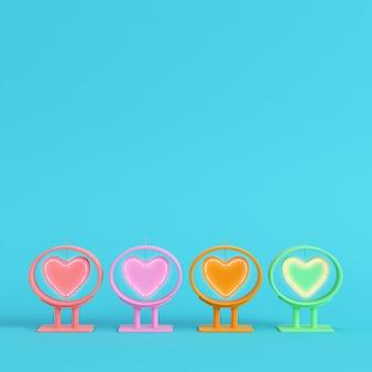 Quatro coração de néon colorido em forma de quadro em fundo azul brilhante