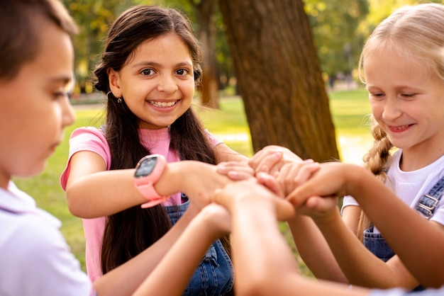 Quatro crianças segurando pelas mãos no parque