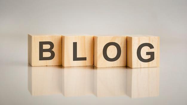 Quatro cubos de madeira com letras de blog. conceito de marketing empresarial
