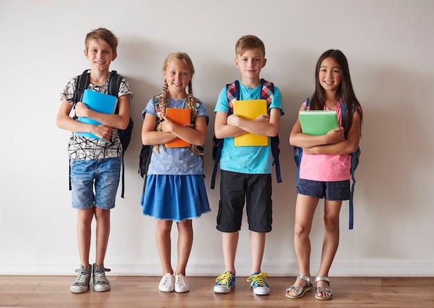 Quatro das crianças preparadas para as aulas
