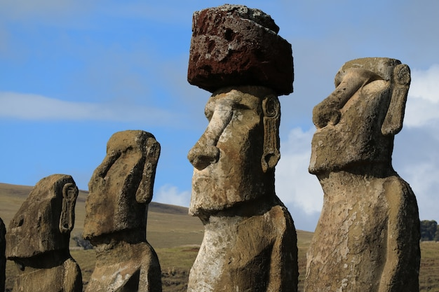 Quatro das quinze enormes estátuas moai de ahu tongariki, ilha de páscoa, chile