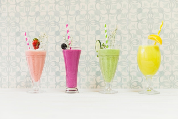 Quatro deliciosos smoothies de verão Foto gratuita
