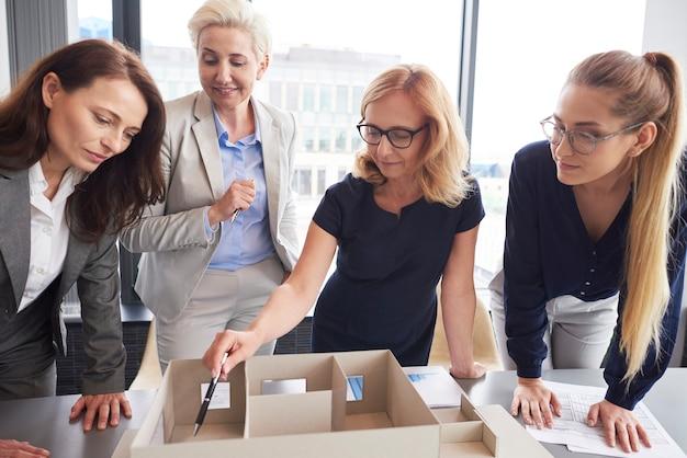 Quatro empresárias trabalhando no escritório