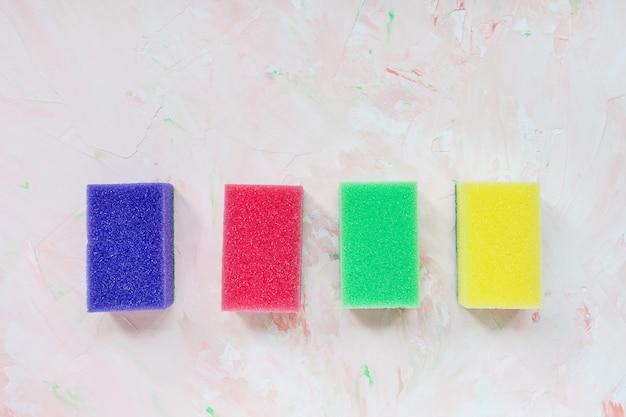 Quatro esponjas coloridas para lavar pratos