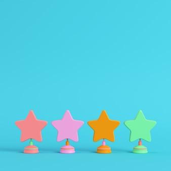 Quatro estrelas coloridas com suportes em fundo azul brilhante