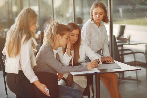Quatro estudantes no campus de estudantes sentados à mesa