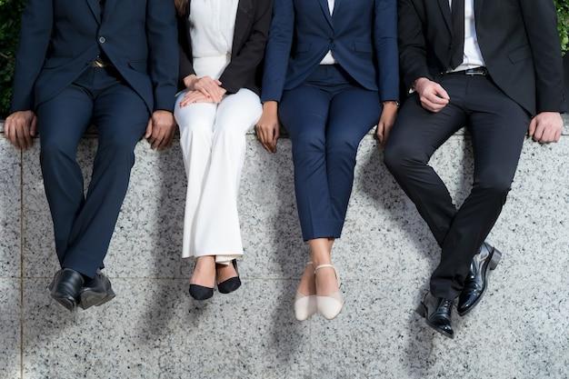 Quatro executivos em uma fileira, um grupo de quatro executivos sentados em uma fileira