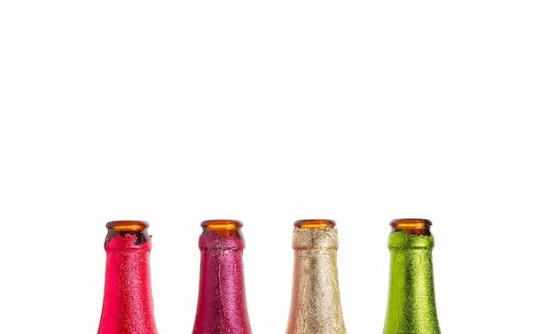 Quatro gargalos de garrafa estão em uma fileira