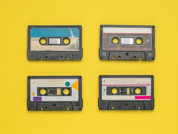 Quatro gravadores em um fundo amarelo.