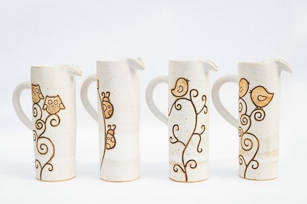 Quatro jarros de cerâmica de grés com fundo branco