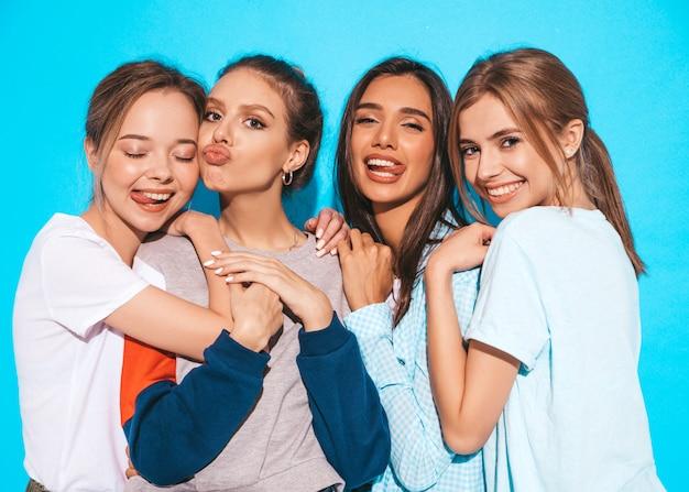Quatro jovens bonitas sorridentes garotas hipster em roupas da moda no verão. mulheres despreocupadas