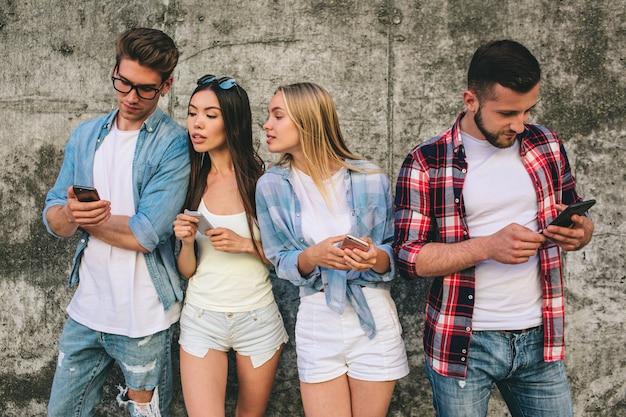 Quatro jovens e ocupados estão juntos