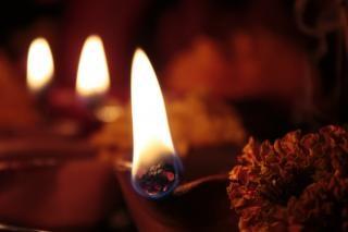 Quatro lâmpadas de barro (diya) em diwali