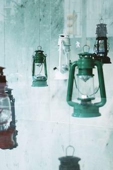 Quatro lanternas de querosene de cores sortidas