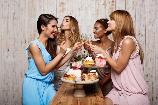Quatro lindas meninas descansando na festa.